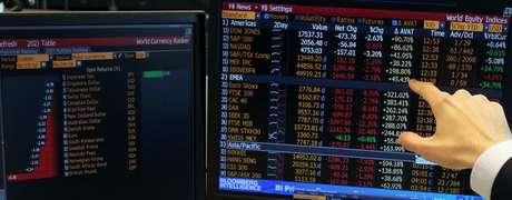 Operador da Guide Investimentos mostra tela com cotações durante sessão da bolsa de valores de São Paulo  24/06/2016 REUTERS/Paulo Whitaker