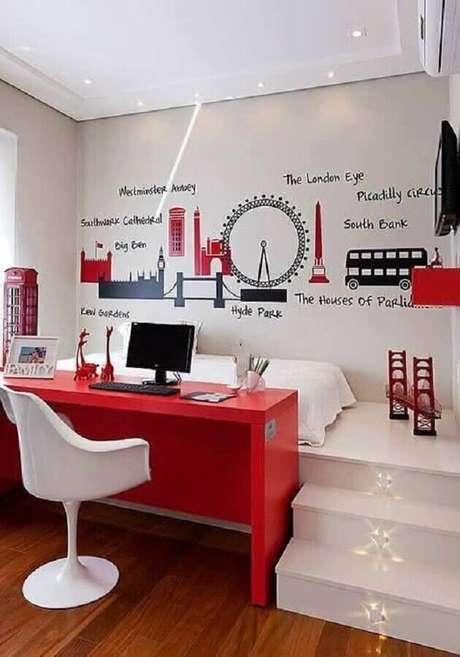 13. Bancada vermelha para cantinho de estudo no quarto planejado todo branco com adesivos de Londres – Foto: We Heart It