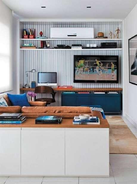 10. Papel de parede listrado e bancada de madeira para decoração de cantinho de estudo na sala – Foto: Decoist