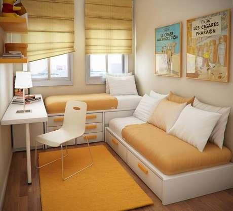 22. Cantinho de estudo pequeno para quarto planejado em cores neutras – Foto: Sergio Mengot