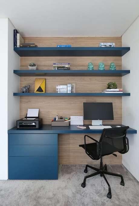 23. Cantinho de estudo decoração com prateleiras e gaveteiro azul – Foto: Start Arquitetura