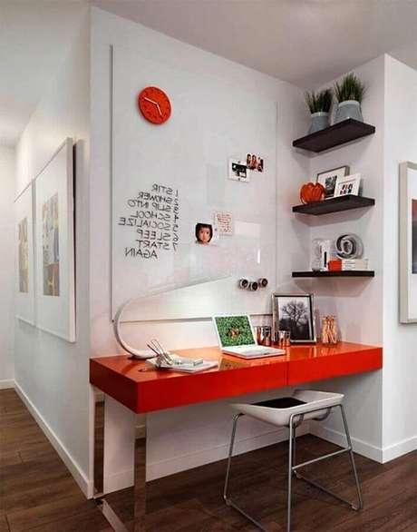 26. Decoração para cantinho de estudo simples com escrivaninha vermelha e prateleiras pretas – Foto: Pinterest