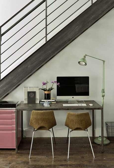 28. O espaço embaixo da escada pode render um cantinho de estudo simples super bem decorado – Foto: Pinterest
