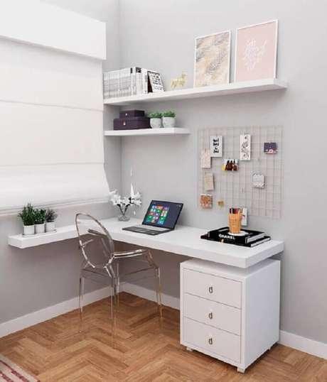 30. Decoração de cantinho de estudo pequeno com escrivaninha branca – Foto: Revista VD