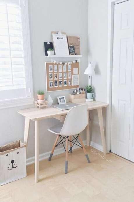 12. Decoração clean para cantinho de estudo Tumblr com escrivaninha de madeira – Foto: Pinterest