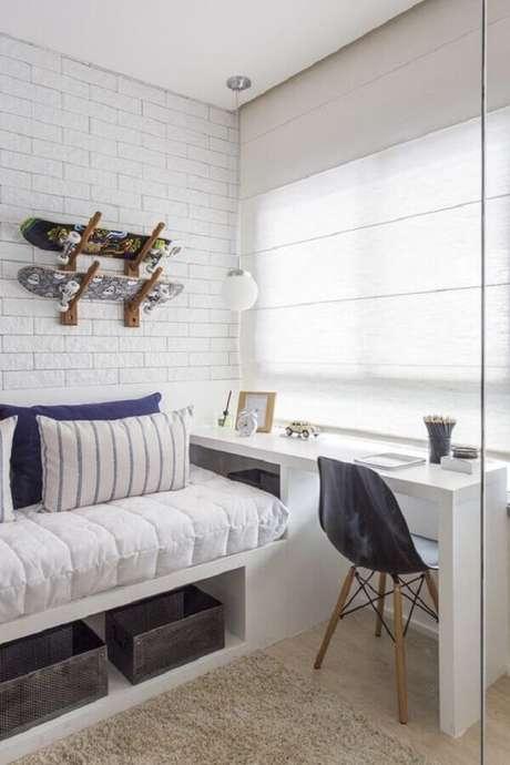 31. Decoração clean para cantinho de estudo no quarto todo branco com móveis planejados – Foto: Pinterest