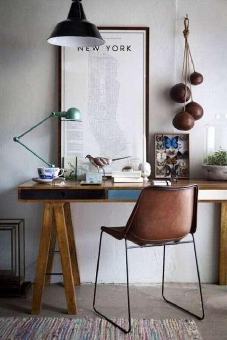 34. Decoração de cantinho de estudo simples com escrivaninha de madeira – Foto: Reciclar e Decorar
