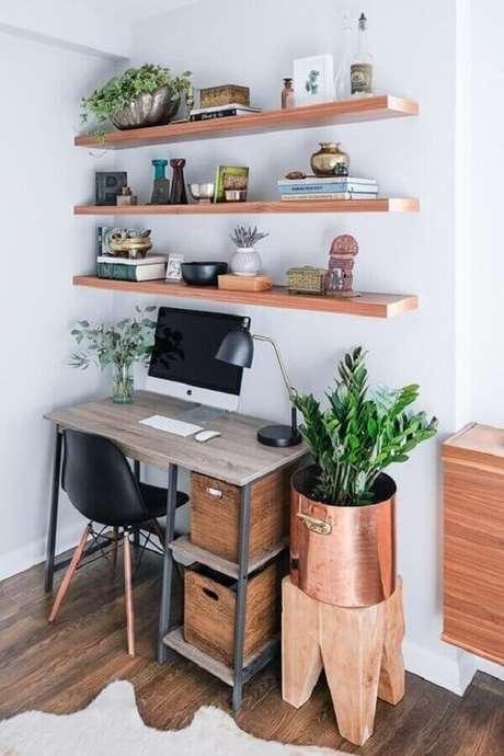 37. Decoração de cantinho de estudo simples com prateleiras de madeira e cadeira preta – Foto: We Heart It