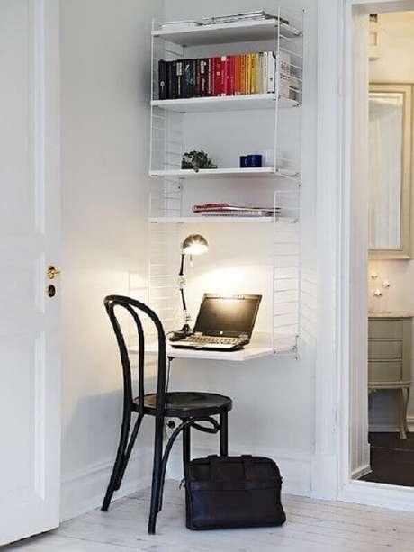 38. Escrivaninha suspensa com prateleiras para decoração de cantinho de estudo pequeno e simples – Foto: Homedit