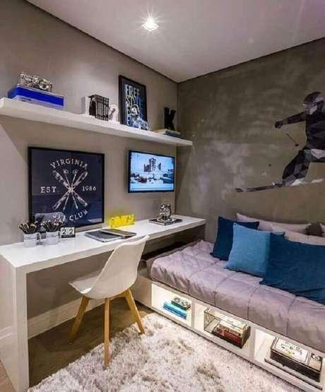 44. Cantinho de estudo no quarto masculino planejado com bancada branca e parede pintada com cimento queimado – Foto: Pinterest