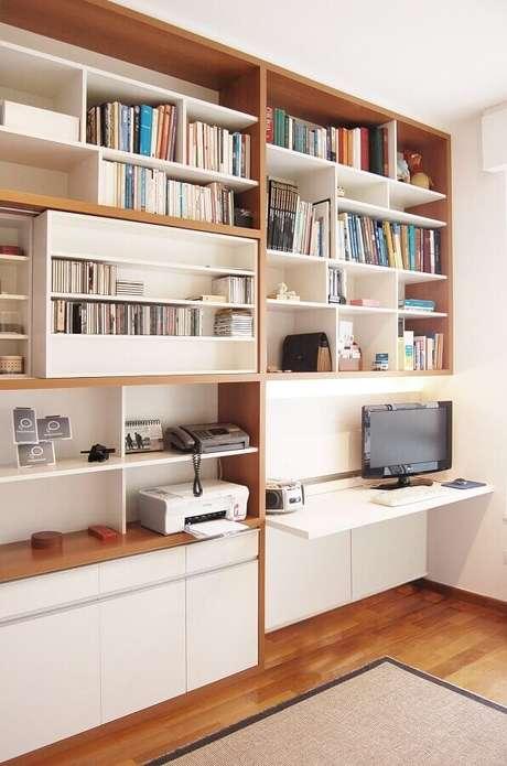 46. Decoração para cantinho de estudo na sala com estante planejada – Foto: A.M Studio Arquitetura