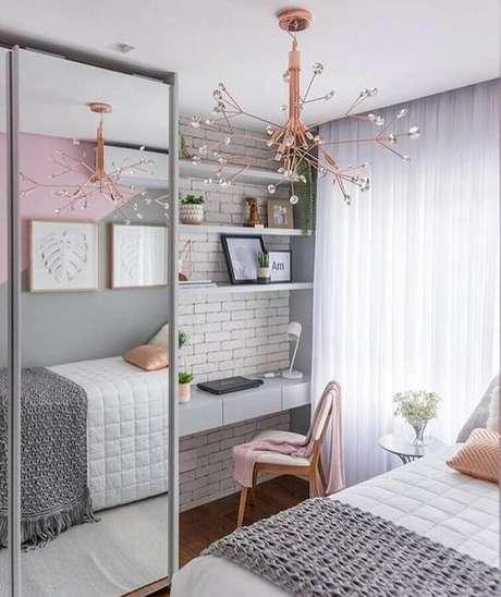 47. Cantinho de estudo Tumblr para quarto feminino decorado em rosa e cinza com guarda roupa espelhado e papel de parede de tijolinho branco – Foto: M de Mulher
