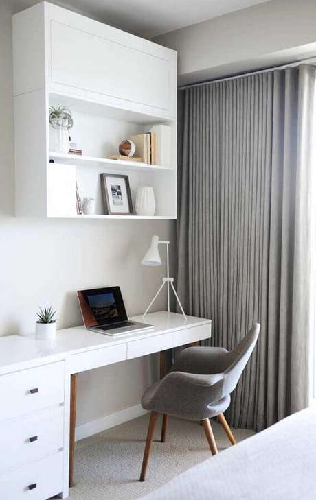 50. Escrivaninha branca para cantinho de estudo pequeno com decoração minimalistas – Foto: Arquidicas