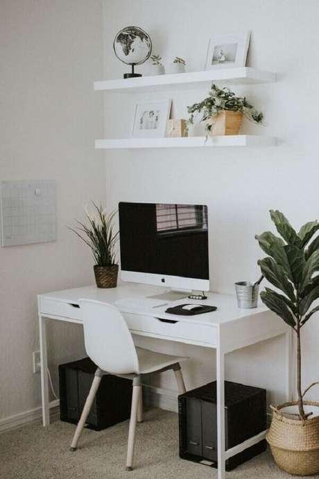 51. Escrivaninha branca com gavetas para cantinho de estudo simples – Foto: Pinterest