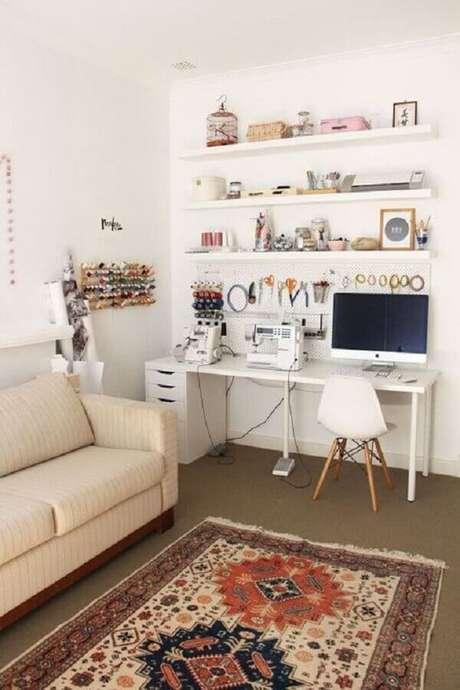 3. Decoração simples para cantinho de estudo na sala com escrivaninha branca – Foto: M de Mulher