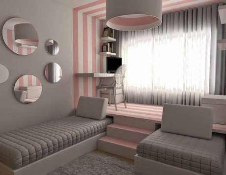 2. Quarto planejado com cantinho de estudo feminino com papel de parede listrado rosa e branco – Foto: OkChicas