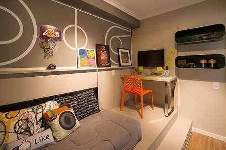 61. Quarto planejado moderno decorado com cantinho de estudo pequeno – Foto: Juliana Pippi