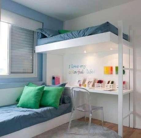 62. Quarto planejado com cama suspensa e cantinho de estudo pequeno -Foto: Thais Araújo – Arquitetura e Interiores