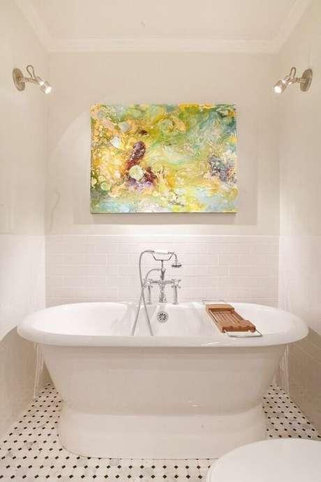 7. Decoração com quadro abstrato colorido para banheiro branco com banheira – Foto: Futurist Architecture