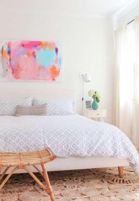 5. Decoração clean para quarto todo branco com quadro abstrato colorido – Foto: Só Decor