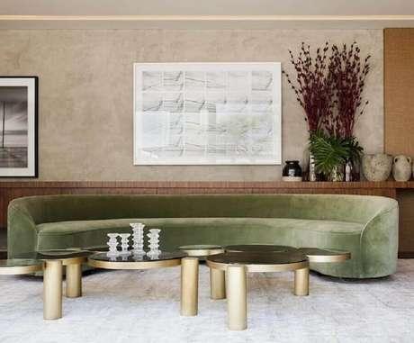 12. Decoração com quadro abstrato para sala com sofá verde moderno – Foto: Flávia Gerab Tayar