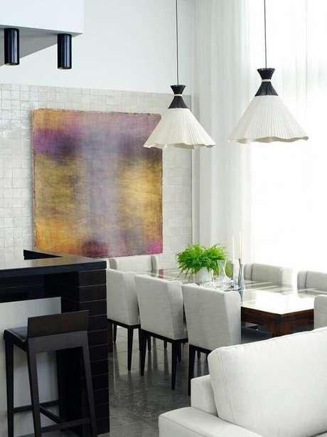 13. Decoração com quadro abstrato moderno para sala de jantar branca e cinza – Foto: Pinterest