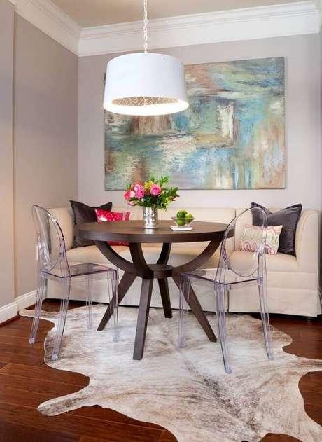 2. Decoração de sala de jantar com quadro abstrato e tapete de couro – Foto: Só Decor