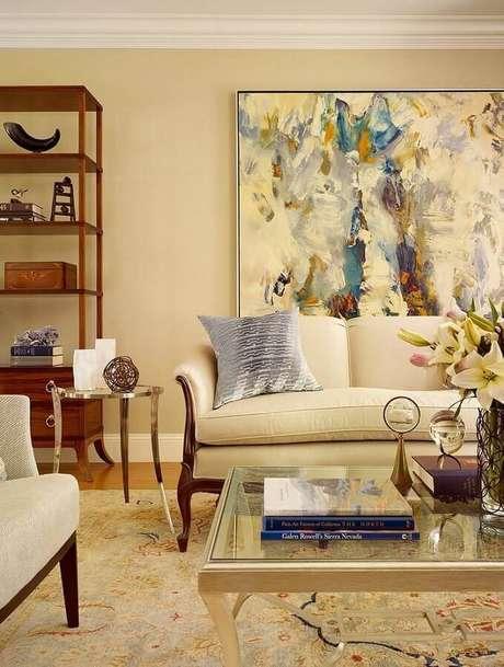 3. Decoração com estilo clássico e cores neutras com quadros para sala abstrato – Foto: HomeAdore