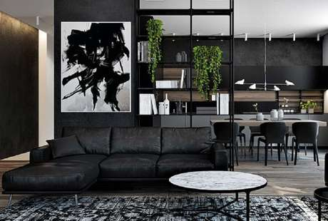 17. Decoração moderna para sala preta com quadro abstrato – Foto: Pinterest