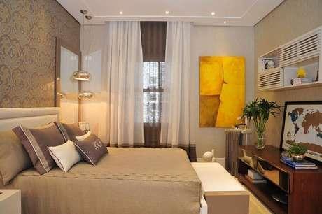 19. Quadro abstrato amarelo para quarto de casal decorado em cores neutras – Foto: Patricia Kolanian