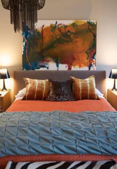 20. Quadro abstrato colorido para decoração de quarto de casal com cabeceira cinza – Foto: Webcomunica