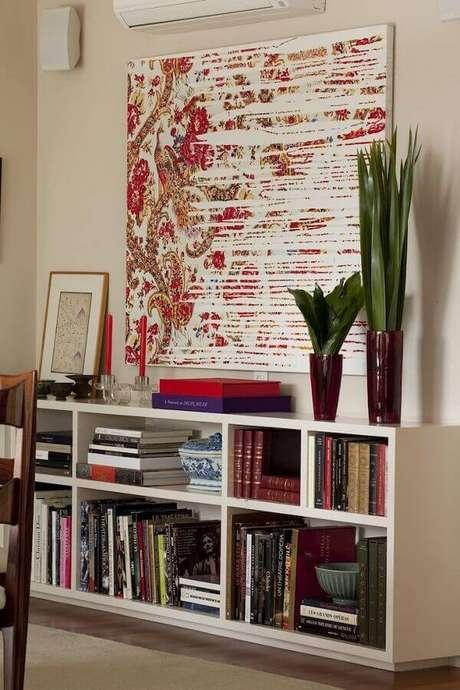 23. Decoração com estante para livros e quadro abstrato – Foto: Antônio Ferreira Junior e Mário Celso Bernardes