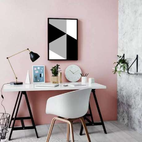 24. Home office feminino decorado com quadro abstratos geométricos – Foto: Pinterest