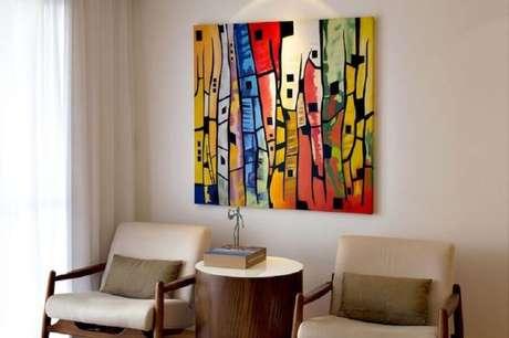 37. Quadros abstratos coloridos para decoração de sala em tons de bege – Foto: Rawi Arquitetura