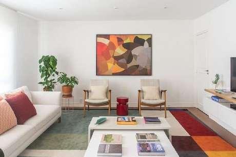 39. Quadros abstratos coloridos para decoração de sala em cores neutras – Foto: Viviane Gobbato