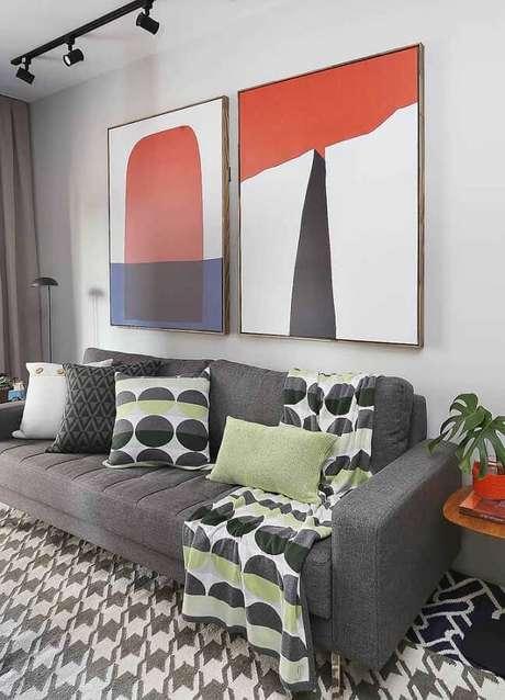 41. Quadro abstrato decorativo para sala cinza moderna decorada com várias almofadas – Foto: Ideias Decor