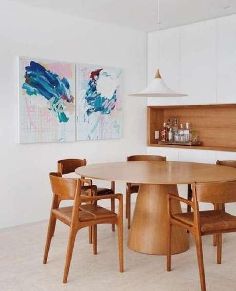42. Quadro abstrato decorativo para sala de jantar toda branca decorada com mesa e cadeiras de madeira – Foto: LZ Studio