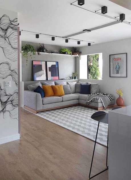 45. Quadros decorativos abstratos para decoração de sala moderna cinza com sofá com chaise e várias almofadas – Foto: Futurist Architecture