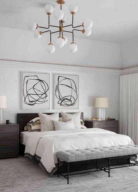 50. Quadros decorativos abstratos para quarto grande todo branco com móveis de madeira – Foto: Pinterest