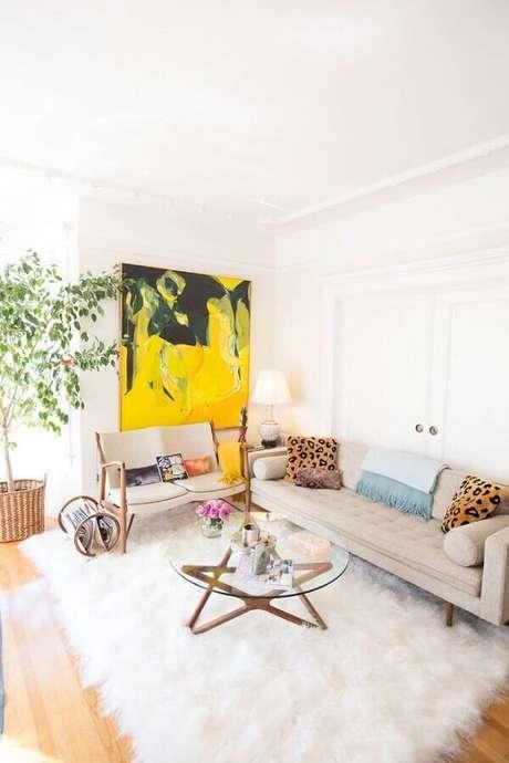 55. Sala branca decorada com tapete felpudo e quadro abstrato amarelo – Foto: Pinterest