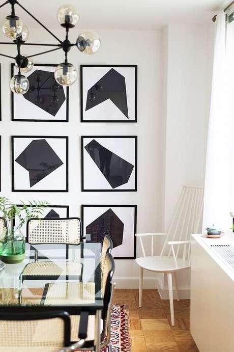 57. Sala de jantar decorada com conjunto de quadros decorativos abstratos preto e branco – Foto: Pinterest