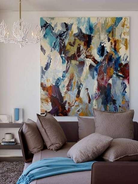 61. Sala decorada com quadro abstrato grande e colorido – Foto: Casa e Festa
