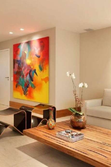 62. Sala decorada em cores neutras com quadros abstratos coloridos – Foto: Archidea
