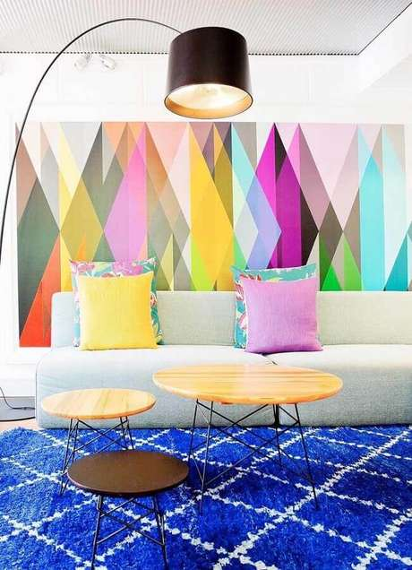 63. Sala decorada com tapete azul e quadros abstratos coloridos grande – Foto: Ideias Decor