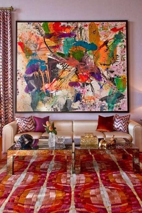 64. Sala decorada com tapete e quadro abstrato colorido – Foto: Pinterest