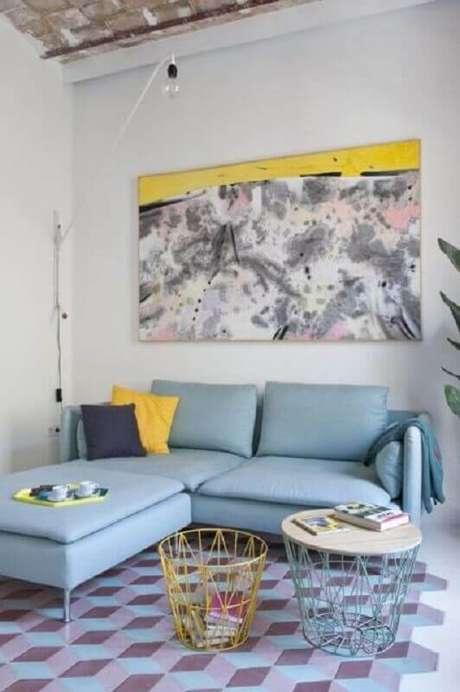 67. Sala simples decorada com quadro abstrato grande e sofá azul claro com chaise – Foto: Archilovers