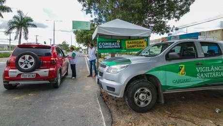 A cidade de Caruaru, no agreste pernambucano, tem feito barreiras sanitárias nas entradas do município para medir a temperatura de quem está chegando