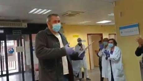 Taxista recebe homenagem de equipe médica em hospital na Espanha