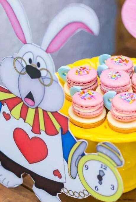 11. Doces bem coloridos são as melhores opções para Alice no País das Maravilhas festa infantil – Foto: Ultimas Decoração