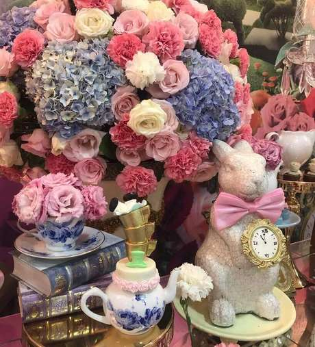 12. Arranjos de flores e detalhes lindos para decoração de festa de quinze anos Alice no País das Maravilhas – Foto: Casa Mágica Buffet